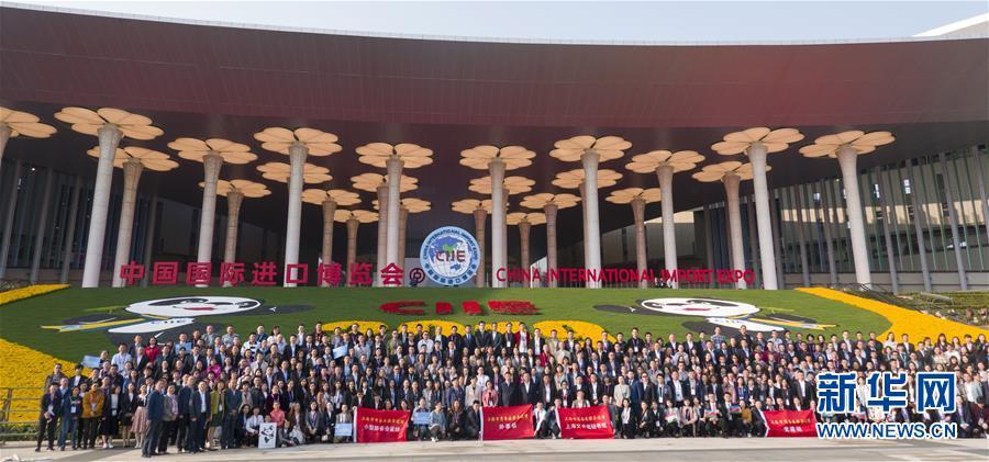 11月10日,在上海国家会展中心南广场,第二届进博会部分工作人员合影留念。 在上海国家会展中心举行的第二届中国国际进口博览会10日闭幕。 新华社记者 才扬 摄