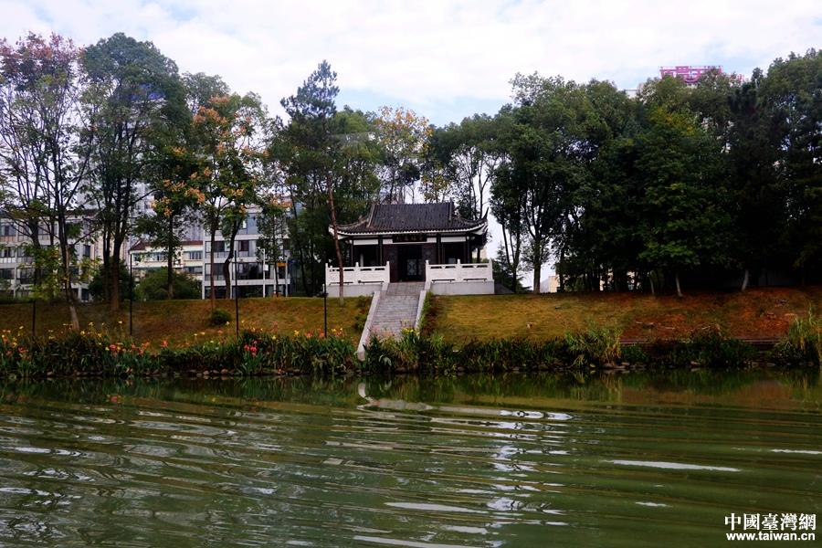 穿紫河畔景色宜人。(中国台湾网 尹赛楠 摄)<br/>  乘坐水上巴士穿行其中,放眼望去,蓝天碧水,古桥码头,令人流连忘返。&ldquo;这是一条全国少有、湖南独有的穿城河。&rdquo;据讲解员介绍,在上个世纪数十年的城市现代化发展进程中,穿紫河变成了污染严重、臭气熏天的水沟,一度成为常德城市污染的&ldquo;重灾区&rdquo;。<br/>