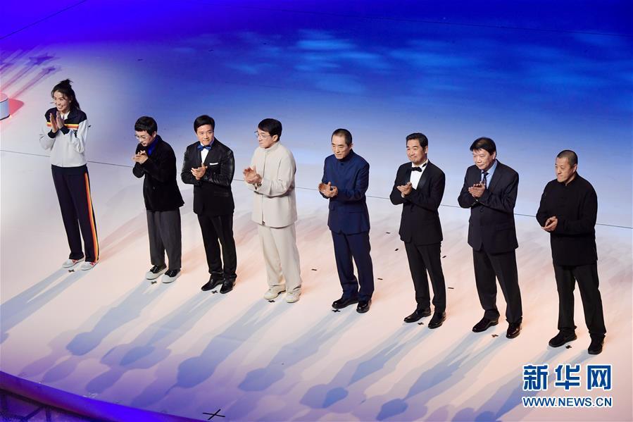 11월 19일 영화인 대표 및 귀빈들이 제28회 중국금계백화영화제 개막식 무대에서 박수를 치고 있다. [사진 출처: 신화망]<br/>