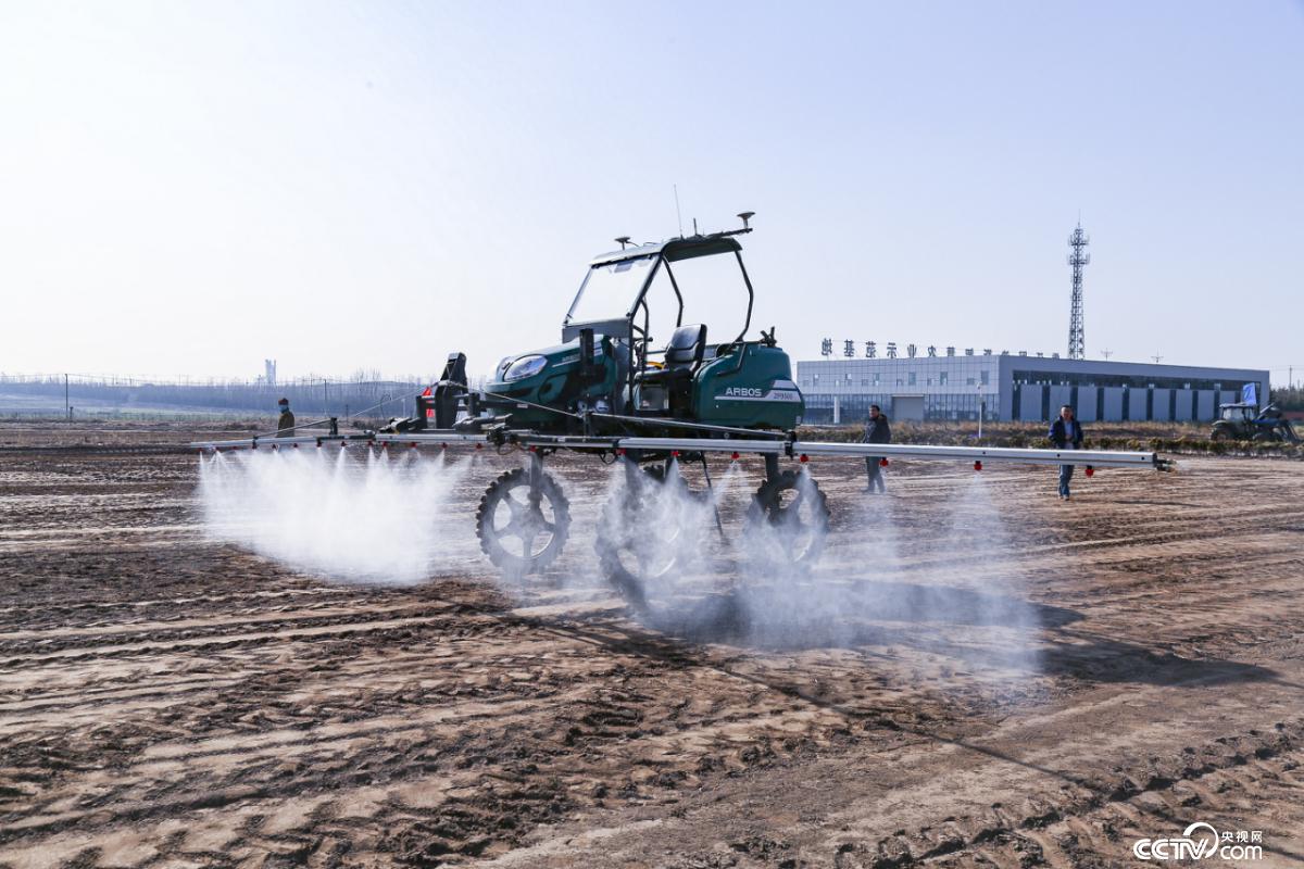 无人驾驶自走式喷杆喷雾机植保作业