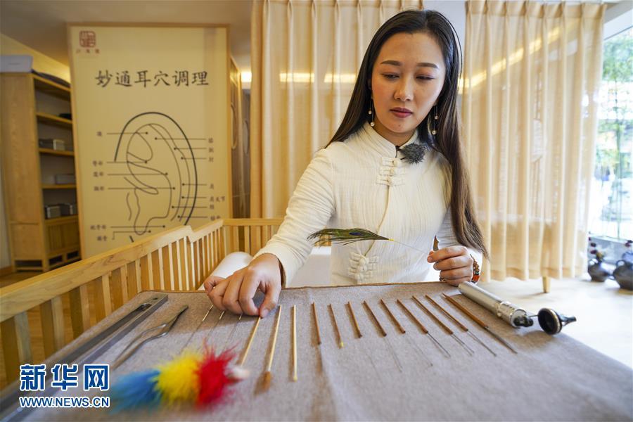 지난 5일 차이얼 전문가 리춘린이 그녀의 차이얼 도구를 살펴보고 있다. [사진 출처: 신화망]