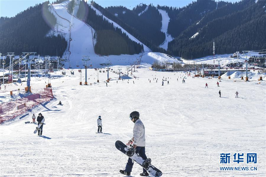 <br/>  12月8日,在位于乌鲁木齐县的新疆丝绸之路国际度假区,滑雪爱好者在雪道上练习滑雪。 入冬以来,冰雪资源富集的乌鲁木齐通过滑雪业、观光业以及传统文化节事,带热冬季旅游。乌鲁木齐市今冬计划举行60项以&ldquo;旅游+乐雪+文化+美食+博览&rdquo;为主题的冬季旅游活动,吸引天南海北游客前来体验冰雪风情。