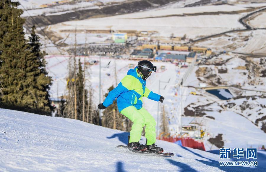<br/>  12月8日,在位于乌鲁木齐县的新疆丝绸之路国际度假区,滑雪爱好者在雪道上滑雪。 入冬以来,冰雪资源富集的乌鲁木齐通过滑雪业、观光业以及传统文化节事,带热冬季旅游。乌鲁木齐市今冬计划举行60项以&ldquo;旅游+乐雪+文化+美食+博览&rdquo;为主题的冬季旅游活动,吸引天南海北游客前来体验冰雪风情。