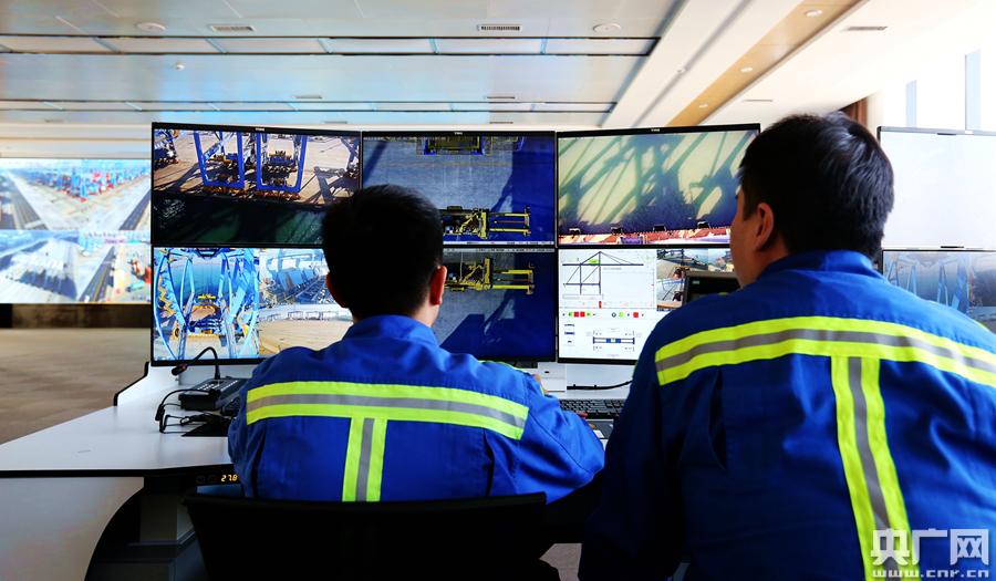记者实地探访青岛港5G+自动化码头<br/>