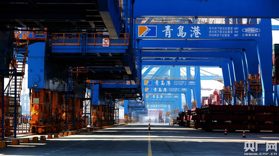 近日,山东港口青岛港全自动化码头(二期)投产运营。该项目推出了山东港口自主研发、集成创新的全球首创氢动力自动化轨道吊、全球首创运用5G+自动化技术等6项全球首创科技成果,以中国&ldquo;智&rdquo;造、中国创造向全球港航业奉献了&ldquo;中国方案&rdquo;。图为记者实地探访青岛港5G+自动化码头。<br/>
