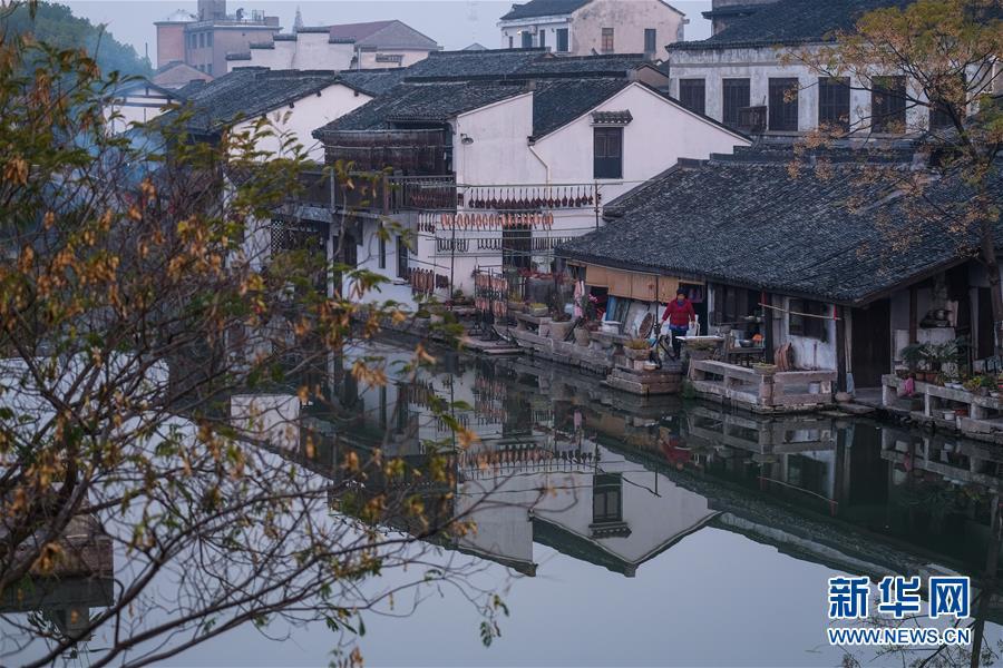 <br/>  12月12日拍摄的晨曦中的安昌古镇。 浙江省绍兴市柯桥区的安昌古镇是一个具有千年历史的江南传统水乡古镇,素有&ldquo;碧水贯街千万居,彩虹跨河十七桥&rdquo;的美誉。绍兴千百年来的民俗风情在古镇大都得到保存延续,浓浓的水乡特色和民俗风情让中外游客流连忘返。