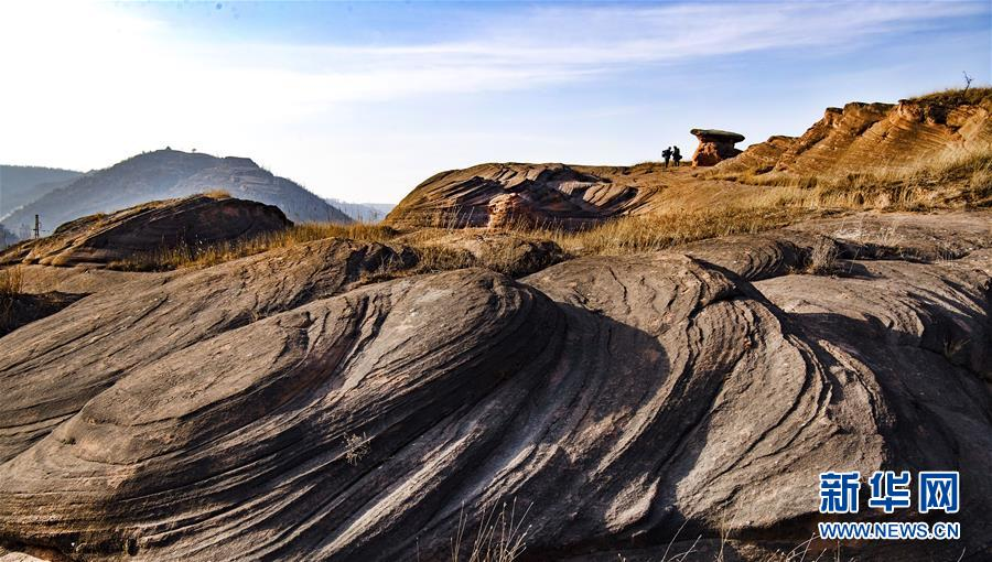 <br/>  这是12月16日无人机拍摄的陕西省志丹县杏河镇丹霞地貌。 在陕西省延安市志丹县杏河镇有一片美丽的丹霞地貌,这里山峦起伏,沟壑纵横,一些红砂石呈现出大小不同的螺旋状纹理,让人叹为观止。