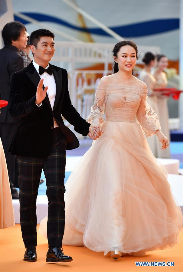 Actor Du Jiang (L) and actress Huo Siyan make their red carpet appearance during the closing ceremony of the 2nd Hainan International Film Festival in Sanya, south China's Hainan Province, Dec. 8, 2019. The 2nd Hainan International Film Festival concluded in Sanya on Sunday. (Xinhua/Guo Cheng)<br/>
