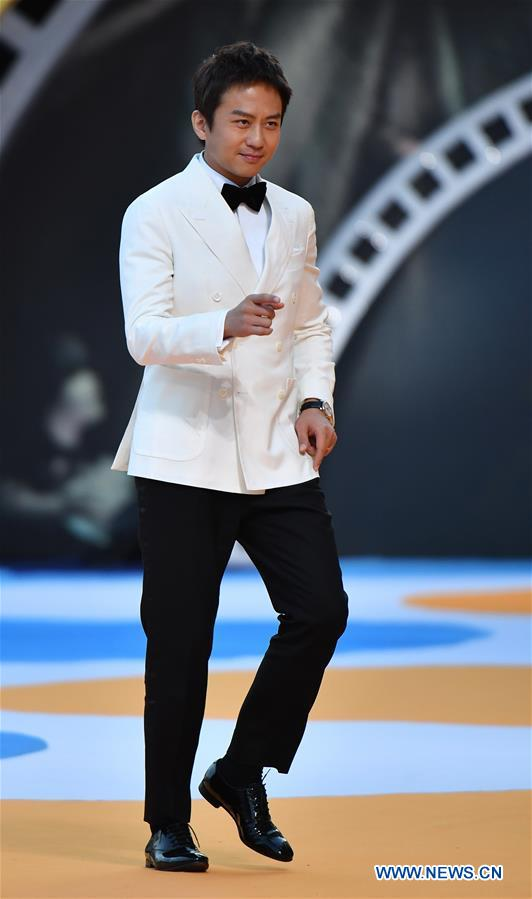 Actor Deng Chao makes his red carpet appearance during the closing ceremony of the 2nd Hainan International Film Festival in Sanya, south China's Hainan Province, Dec. 8, 2019. The 2nd Hainan International Film Festival concluded in Sanya on Sunday. (Xinhua/Guo Cheng)<br/>