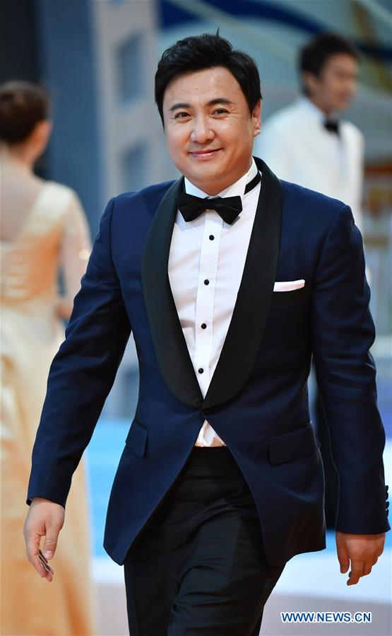 Actor Shen Teng makes his red carpet appearance during the closing ceremony of the 2nd Hainan International Film Festival in Sanya, south China's Hainan Province, Dec. 8, 2019. The 2nd Hainan International Film Festival concluded in Sanya on Sunday. (Xinhua/Guo Cheng)<br/>