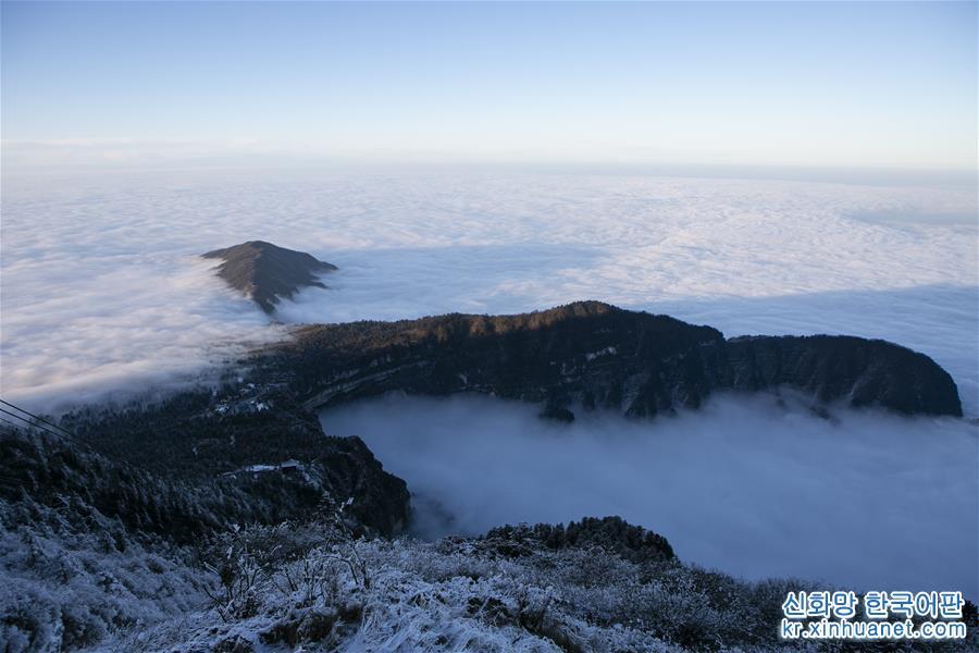 12월 28일, 쓰촨(四川)성 어메이산(峨眉山) 진딩(金頂)에서 촬영한 풍경. 은빛으로 단장된 한겨울의 어메이산이 선경처럼 아름다웠다. [촬영/ 신화사 기자 리멍신(李夢馨)]<br/>