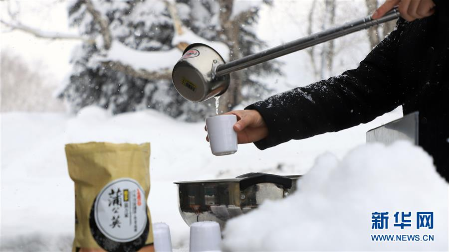<br/>  12月28日,游客在长白山西景区体验长白山特色&ldquo;烹雪煮茶&rdquo;。 冬日时节,吉林长白山迎来冰雪旅游热,吸引各地游客前来游玩。