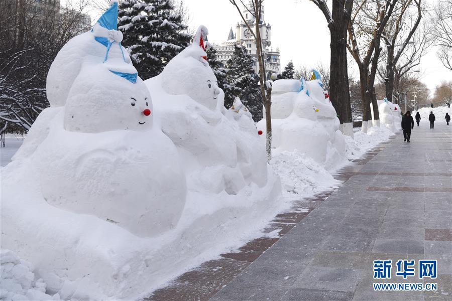 하얼빈 숭화(松花)강변에서 촬영한 눈사람(12월 30일). 올 겨울 헤이룽장성 하얼빈시를 가로지르는 숭화강 양쪽에 늘어선 눈사람 2020개가 2020년을 맞이하고 있다.<br/>