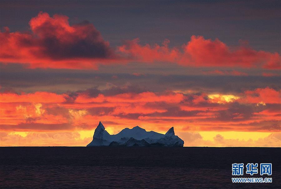 우주인해(海) 위로 보이는 빙산(12월16일 촬영)<br/>  중국 제36차 남극탐사팀이 남대양 우주인해에서 종합적인 과학탐사를 진행하는 과정에서 조우하는 여러 모양의 빙산은 남대양의 아름다운 풍경이자 탐사선의 안전을 위협하는 요소이다.<br/>