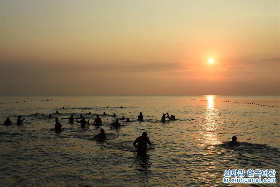 <br/> <br/>  1월1일, 산둥 르자오(日照)시 겨울수영협회의 회원들은 겨울 수영을 즐기며 새해를 맞이했다. [촬영/신화사 기자 왕카이(王凱)]<br/>