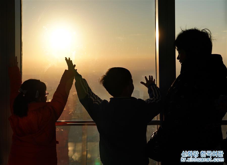 <br/>   1월1일, 산둥 르자오(日照)시 겨울수영협회의 회원들은 겨울 수영을 즐기며 새해를 맞이했다. [촬영/신화사 기자 왕카이(王凱)]<br/>