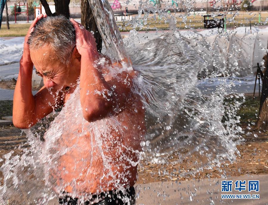 동계 수영 애호가 펑캉허(馮康和) 씨는 수영 후 몸을 헹군다. [2019년 12월 20일 촬영/사진 출처: 신화망]<br/>