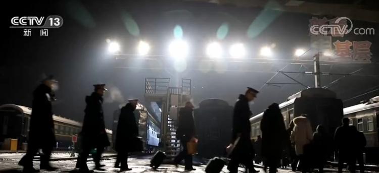 """【新春走基层】列车上的行李员――""""寂寞""""的守护者"""