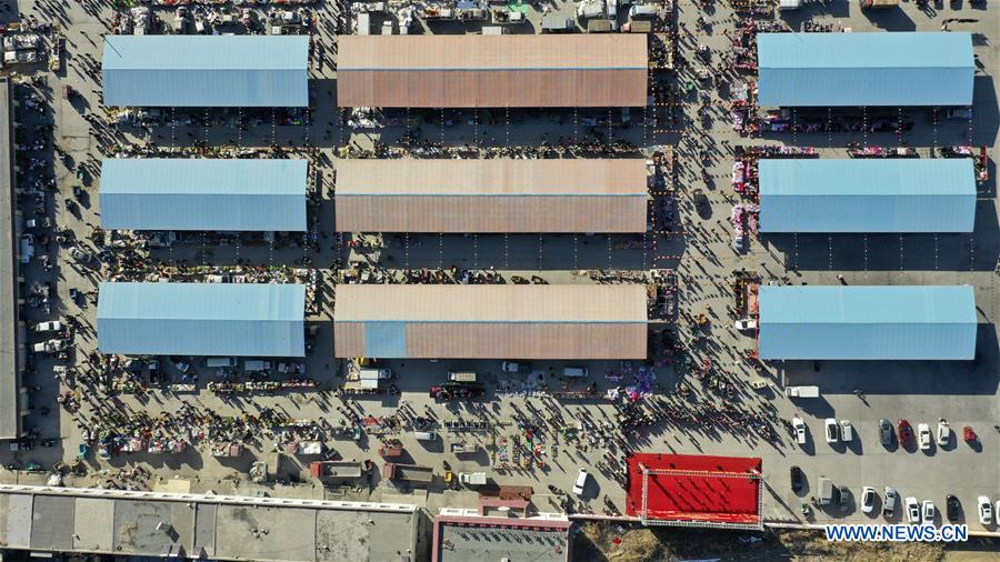 Aerial photo taken on Jan. 19, 2020 shows a Spring Festival market in Yaofu Township of Pingluo County, northwest China's Ningxia Hui Autonomous Region. According to the annals of Yaofu Township, the traditional Spring Festival market here has a history of 79 years. As the Chinese Lunar New Year is approaching, the rich traditional Spring Festival goods and cultural performances in the market attract many people to visit. (Xinhua/Yang Zhisen)<br/>