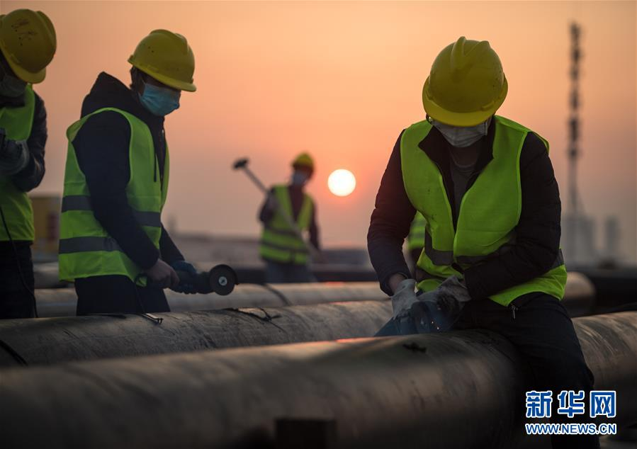 2月4日,在武汉雷神山医院建设工地,来自中建三局的建设工人在加紧施工。新华社记者 肖艺九 摄<br/>2月4日拍摄的武汉雷神山医院建设工地(无人机照片)。新华社记者 肖艺九 摄<br/>