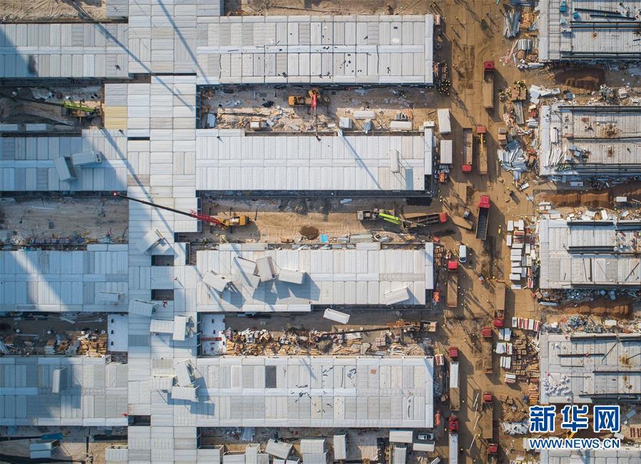 <br/> 2月4日拍摄的武汉雷神山医院建设工地(无人机照片)。新华社记者 肖艺九 摄<br/>