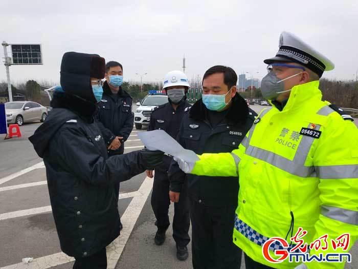 """【在""""疫""""线】""""疫情不退我不退"""",一名普通湖北民警的承诺与担当"""