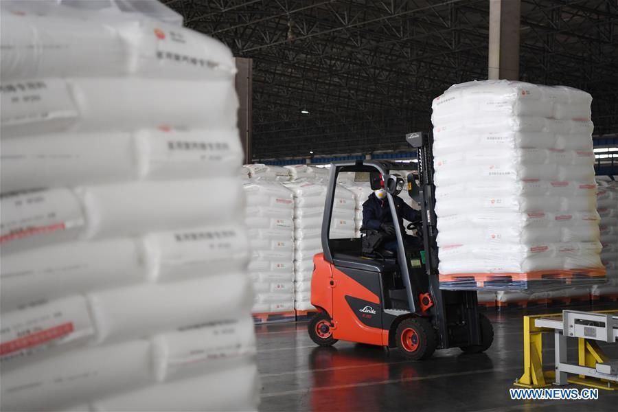 An employee transfers polypropylene material for medical use with a forklift at Lanzhou Petrochemical Company in Lanzhou, northwest China's Gansu Province, Feb. 12, 2020. Lanzhou Petrochemical Company has rushed to work to meet the increasing need of medical material after the novel coronavirus outbreak. (Xinhua/Chen Bin)<br/>
