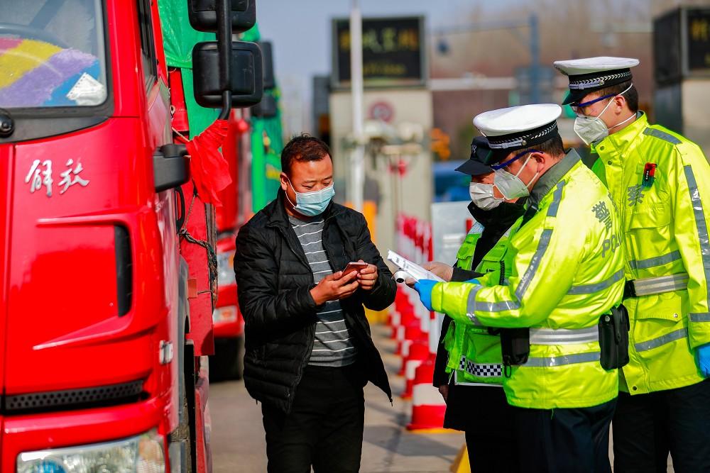 济南交警24小时值守高速公路收费站