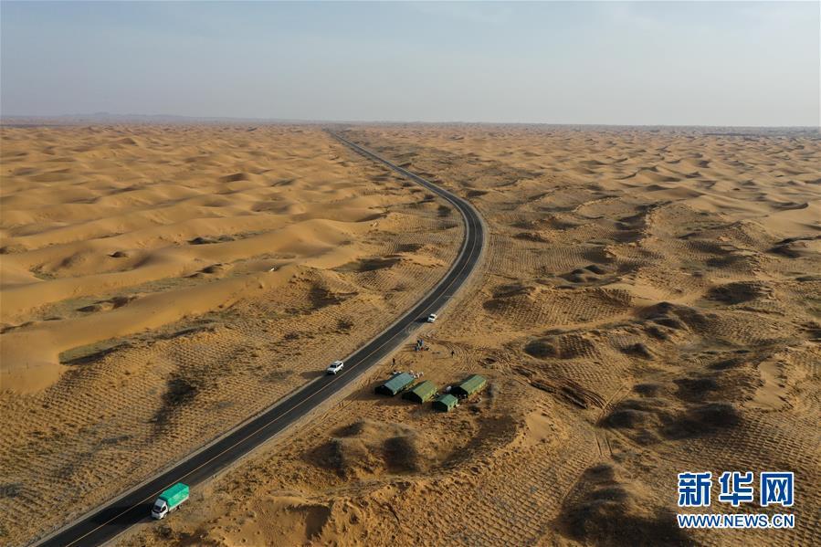这是4月2日拍摄的工人治沙期间临时居住的营地(无人机照片)。 近日,在内蒙古自治区阿拉善左旗腾格里沙漠,工人们开始治沙、种植沙生植物。腾格里沙漠是我国第四大沙漠,此次治沙是中国绿化基金会百万森林计划&mdash;&mdash;腾格里沙漠锁边生态公益项目,目的是通过种植生态锁边林阻止沙漠扩展蔓延。 新华社记者 刘磊 摄<br/>