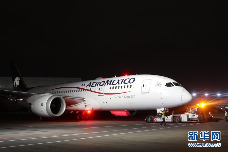 4月7日晚,在位于墨西哥首都墨西哥城的墨西哥城国际机场,运载防疫医疗物资的飞机抵达。 墨西哥联邦政府从中国采购的首批防疫医疗物资7日晚通过空运运抵墨首都墨西哥城。 新华社发(弗朗西斯科&middot;卡涅多 摄)<br/>