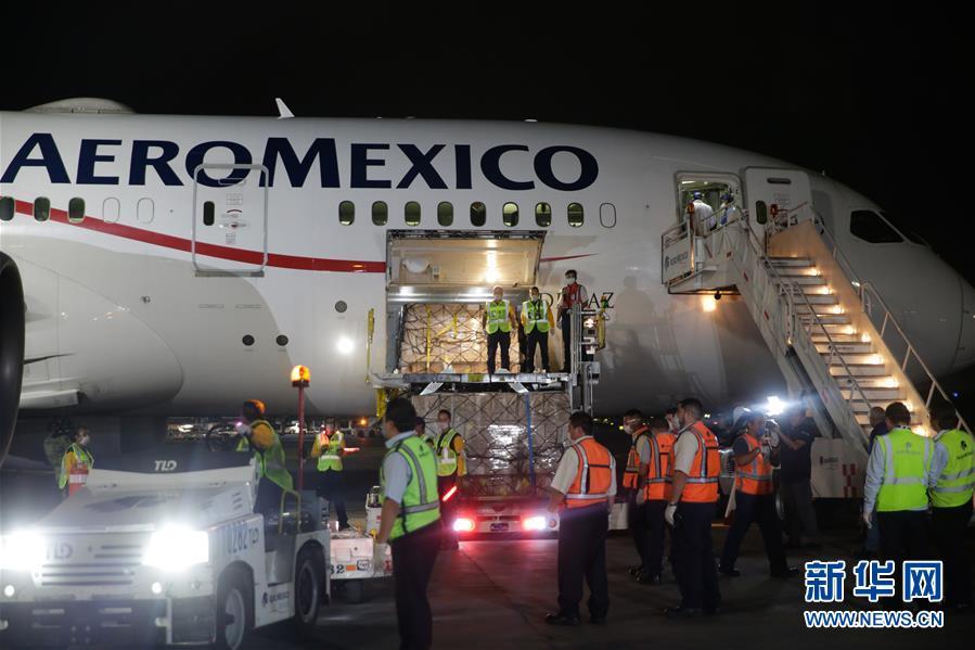 4月7日晚,在位于墨西哥首都墨西哥城的墨西哥城国际机场,墨方工作人员正在装卸防疫医疗物资。 墨西哥联邦政府从中国采购的首批防疫医疗物资7日晚通过空运运抵墨首都墨西哥城。 新华社发(弗朗西斯科&middot;卡涅多 摄)<br/>