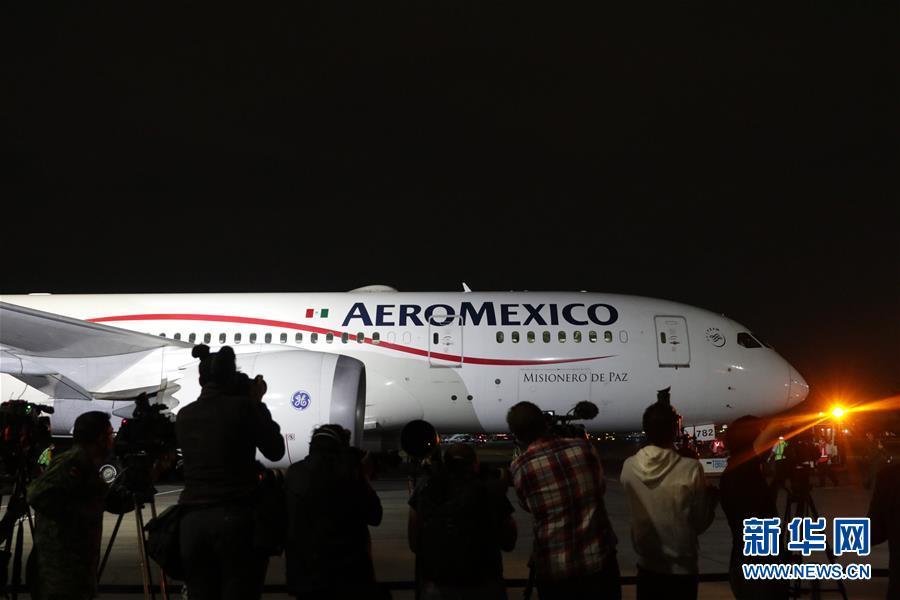 4月7日晚,在位于墨西哥首都墨西哥城的墨西哥城国际机场,运载防疫医疗物资的飞机抵达。 墨西哥联邦政府从中国采购的首批防疫医疗物资7日晚通过空运运抵墨首都墨西哥城。 新华社发(弗朗西斯科·卡涅多 摄)