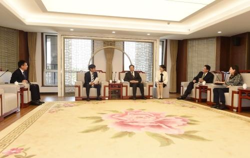 蔡先金会见韩国庆尚南道山东代表处新任首席代表郭赞永