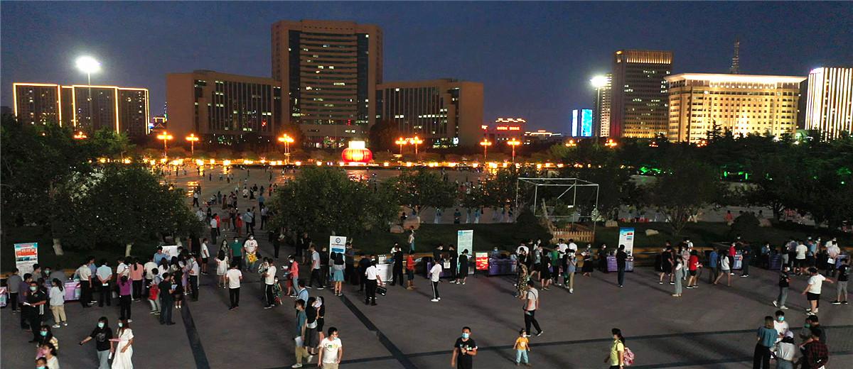 """潍坊滨海区举办""""人才夜市"""" 1300余人达成就业意向"""