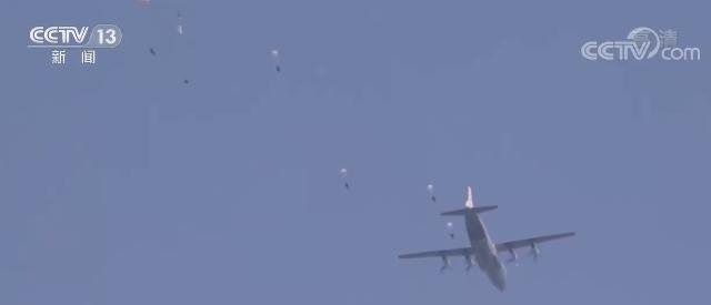 【新春走基层】直击空降新兵首次大飞机跳伞