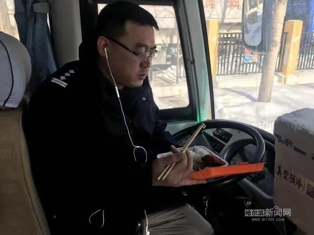 【网络中国节·元宵】24小时坚守冰城北大门