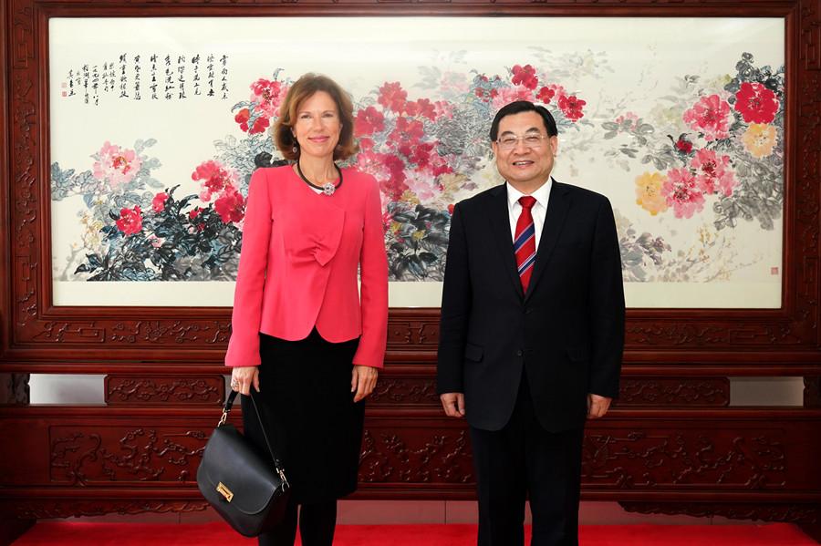 文化和旅游部部长胡和平会见英国驻华大使吴若兰