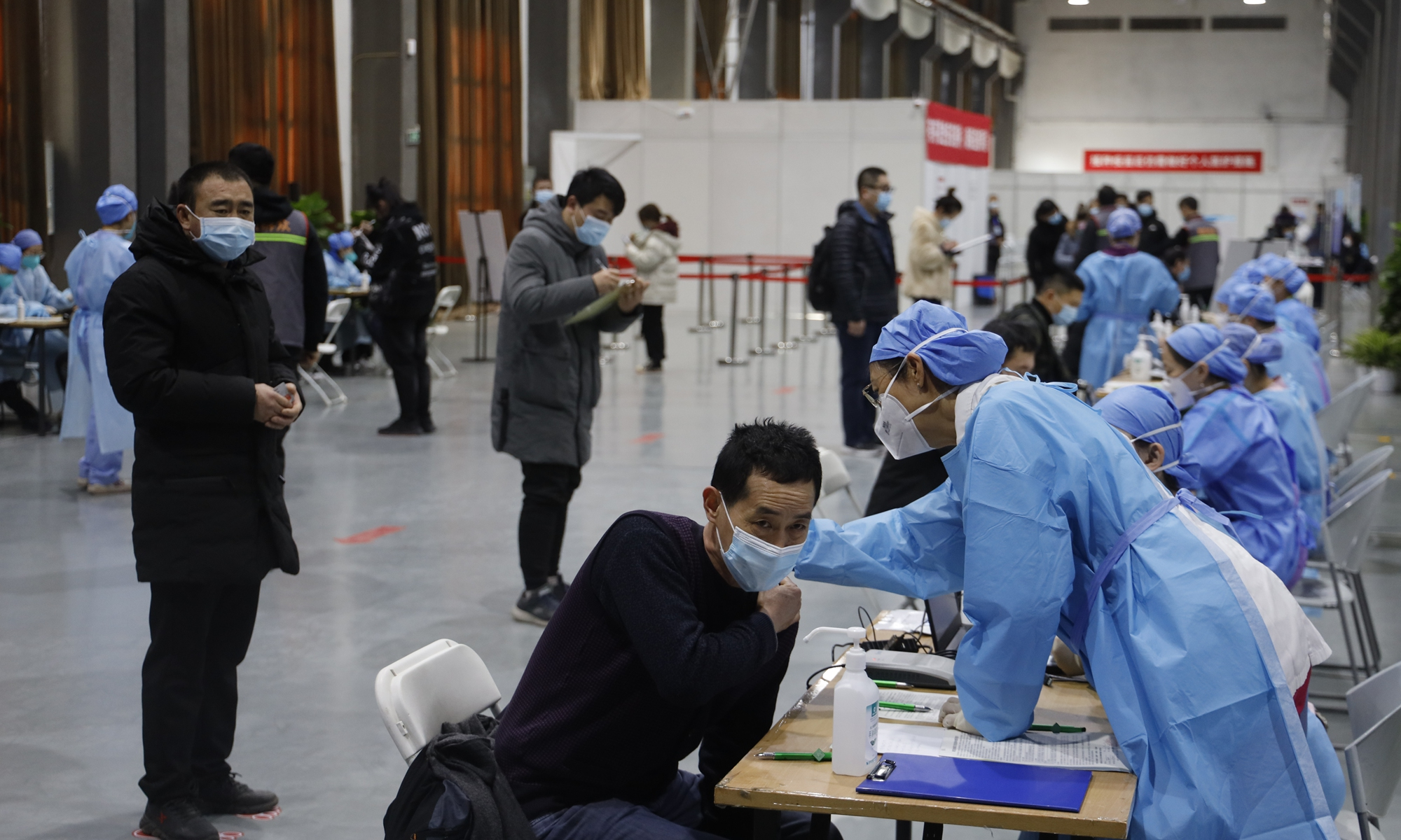 Medical workers check out people''s health condition before vaccination at a temporary vaccination site in Chaoyang district, Beijing, on Monday. Photo: Li Hao/GT