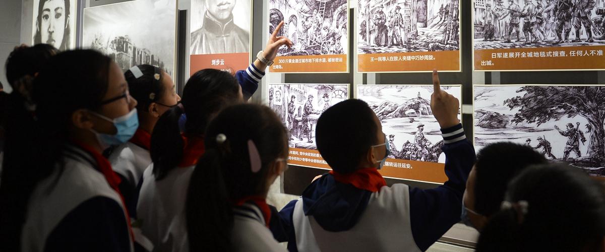 青岛:缅怀先烈 感受革命情怀