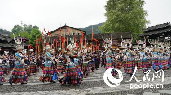 贵州雷山县西江苗寨广场上的表演。人民网记者 李彤摄